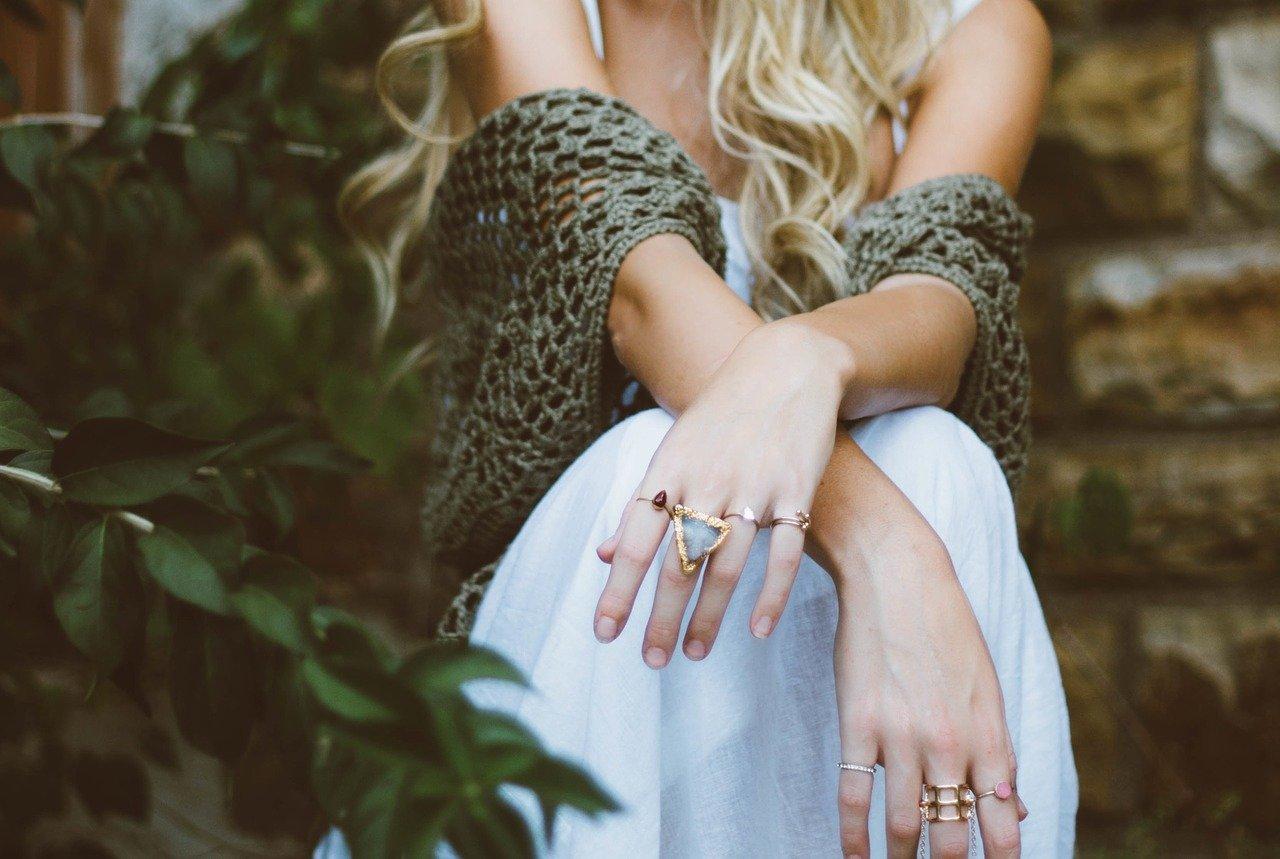 une femme qui porte des bagues aux doigts